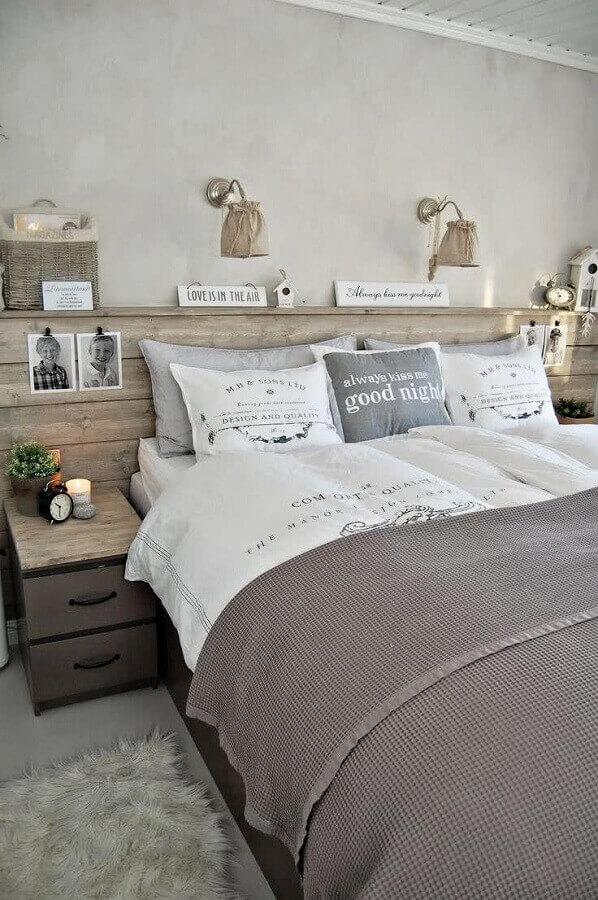 cama casal com cabeceira de madeira rústica Foto ArchZine
