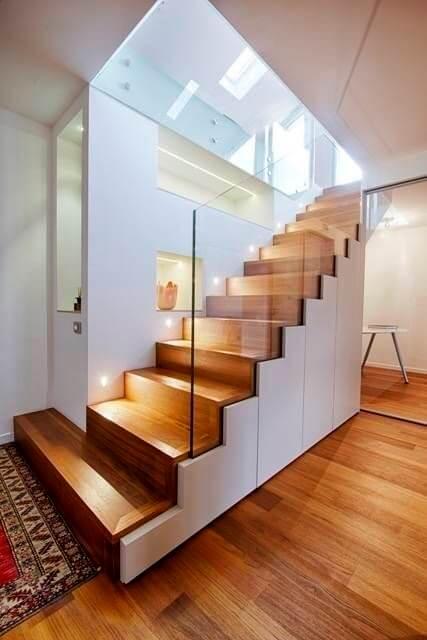 A escada de porcelanato amadeirado também é bonita