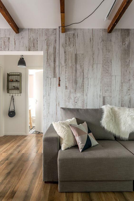 Casa com porcelanato amadeirado na parede e chão