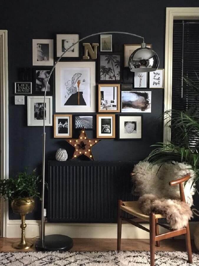 cinza chumbo parede decorada com vários quadros Foto Pinterest