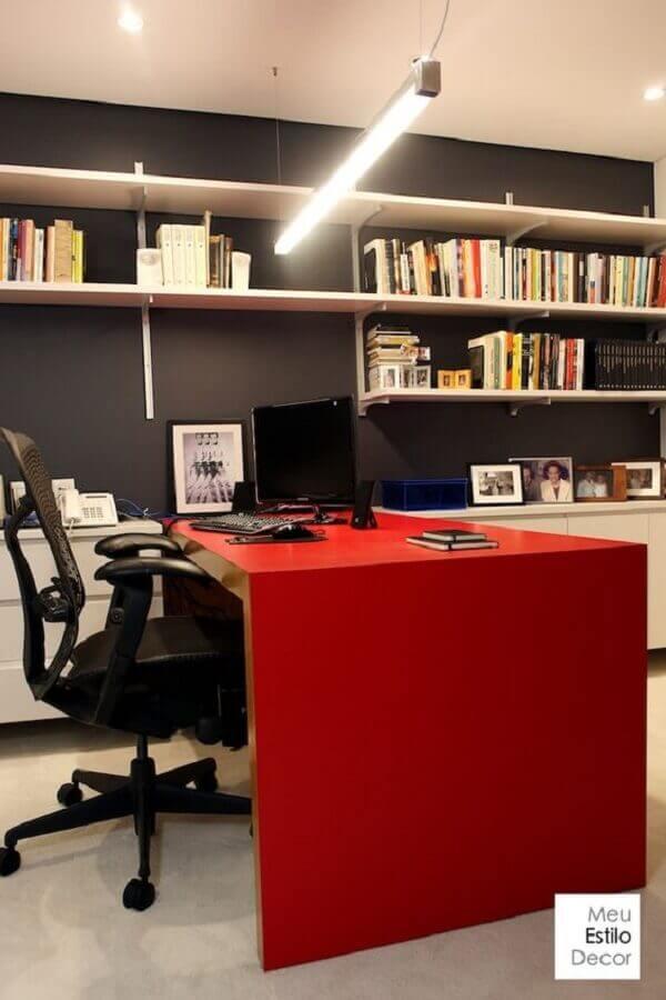 cinza chumbo parede para decoração de escritório com mesa vermelha Foto Meu Estilo Decor