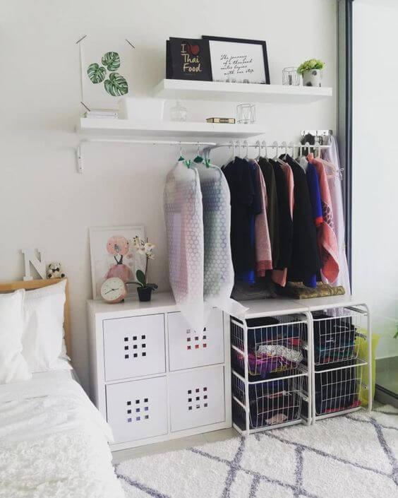 Closet aramado no quarto com gaveteiros