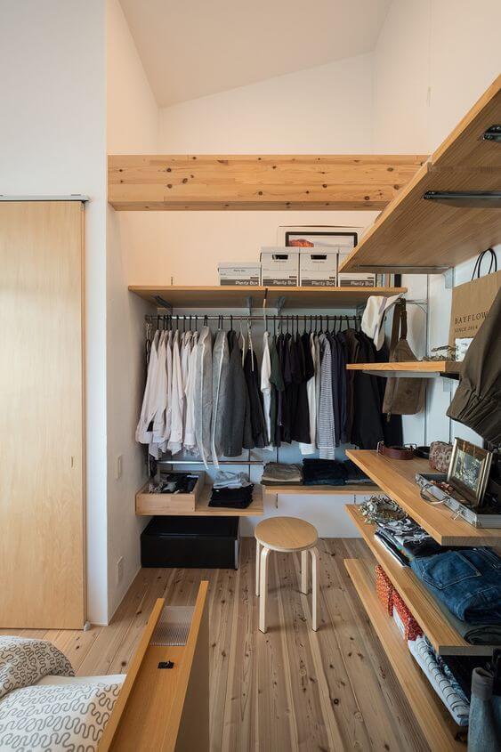 Quarto com closet aberto de módulos