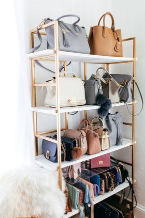 Que tal colocar uma estante para bolsas?