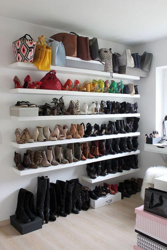 Closet aberto com prateleiras para colocar os sapatos