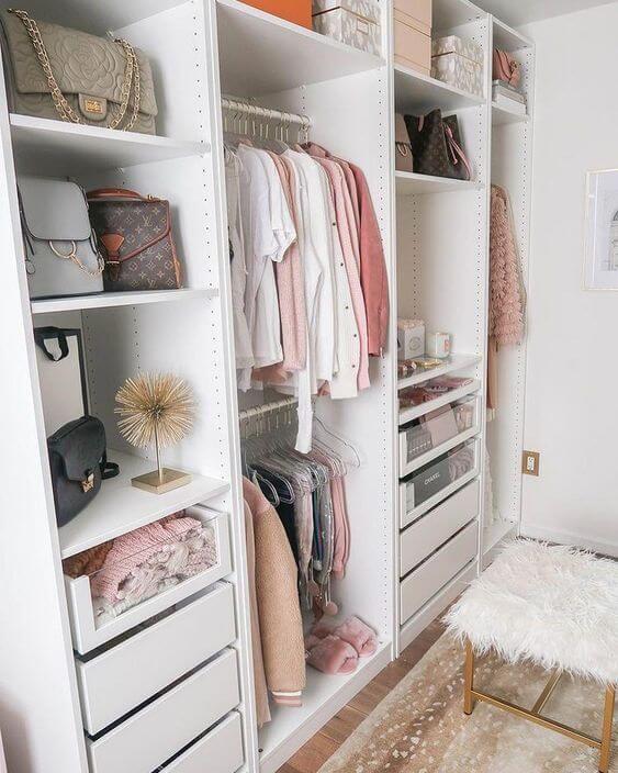 Mantenha seu closet organizado para garantir um ambiente bonito