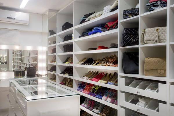 O closet branco é ótimo para organizar a sapateira