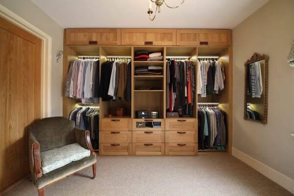 Ambiente com móveis de madeira