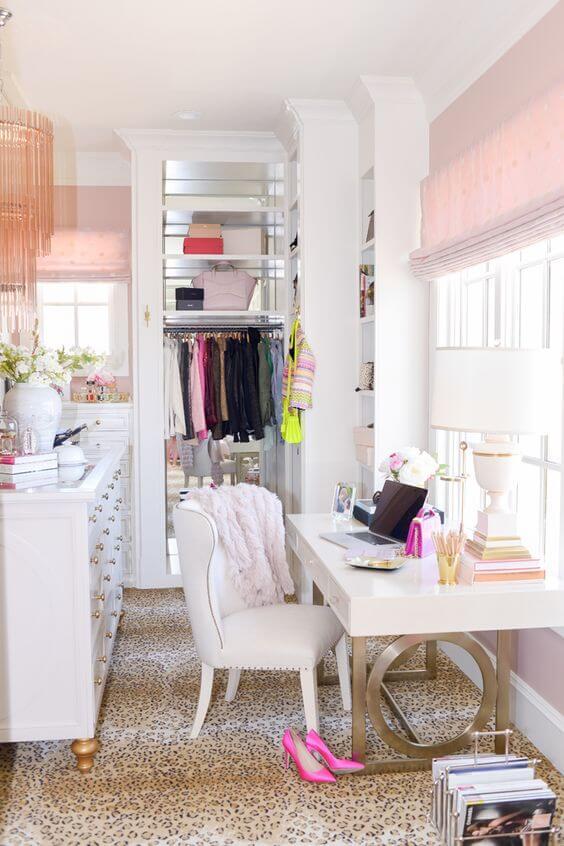 A escrivaninha também pode ser um dos móveis do seu closets