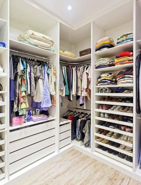 Armário com gavetas e prateleiras