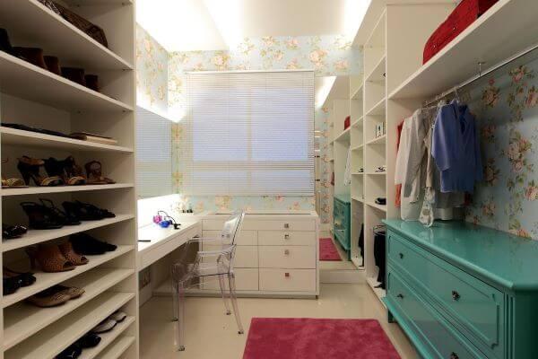 Tapete rosa com móveis brancos e azul