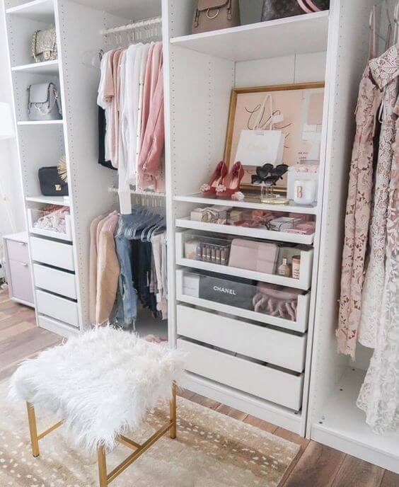 Closet feminino aberto e super organizado