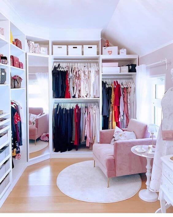 Poltrona rosa no closet grande