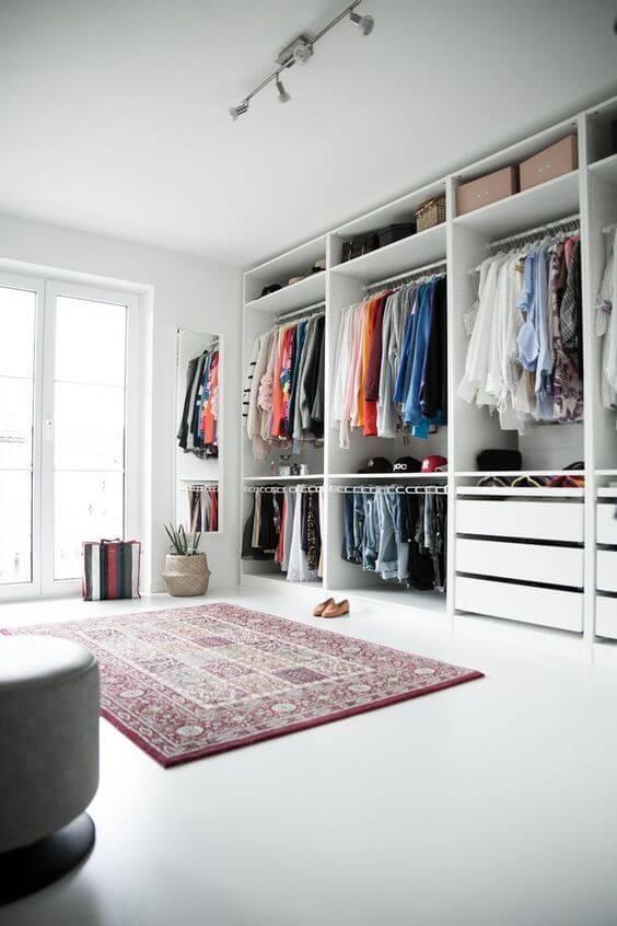 Quarto com closet moderno