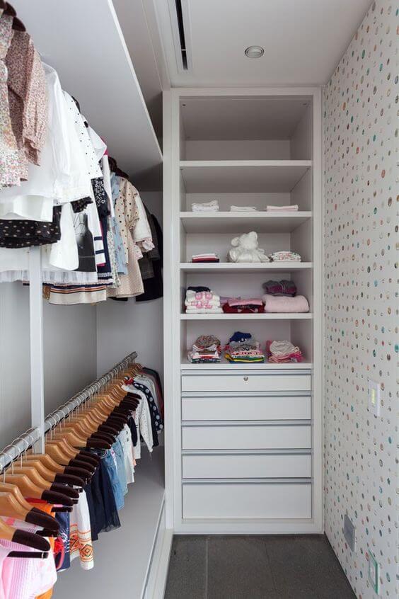 Closet infantil com gavetas e cabides