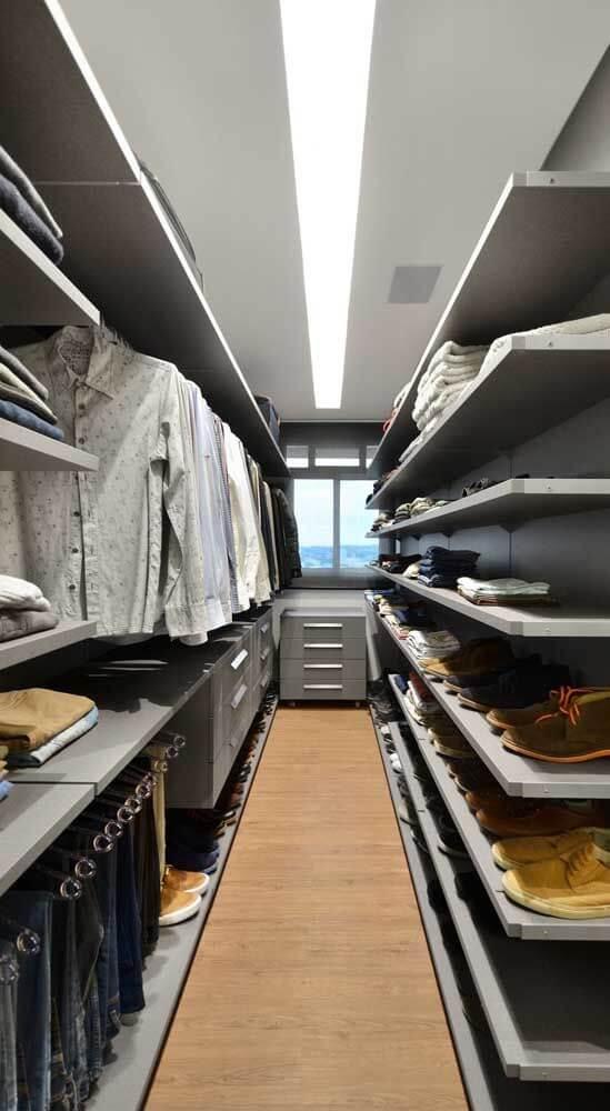 Closet masculino com prateleiras e cabideiras