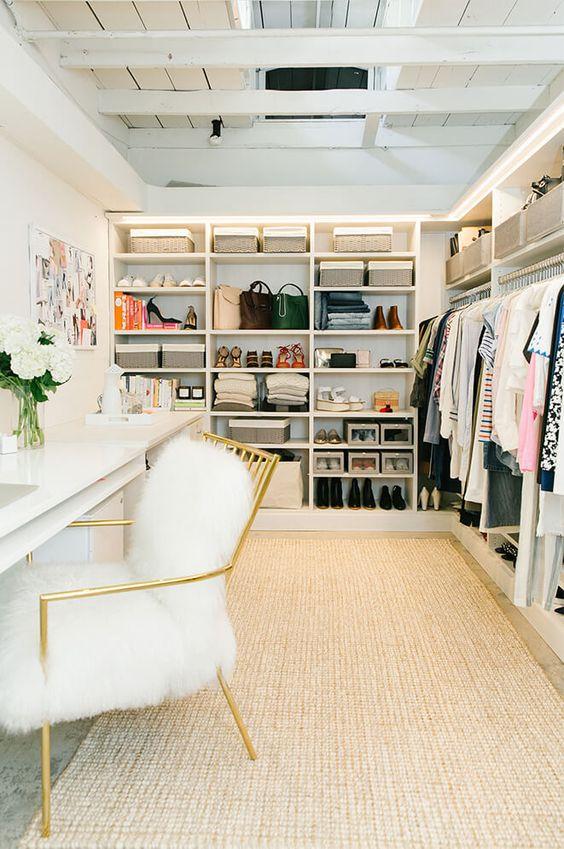 Closet planejado com poltrona confortável