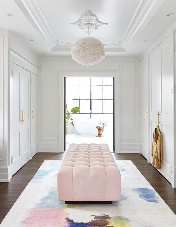 Armários, lustres e puffs são lindos para decorar a casa