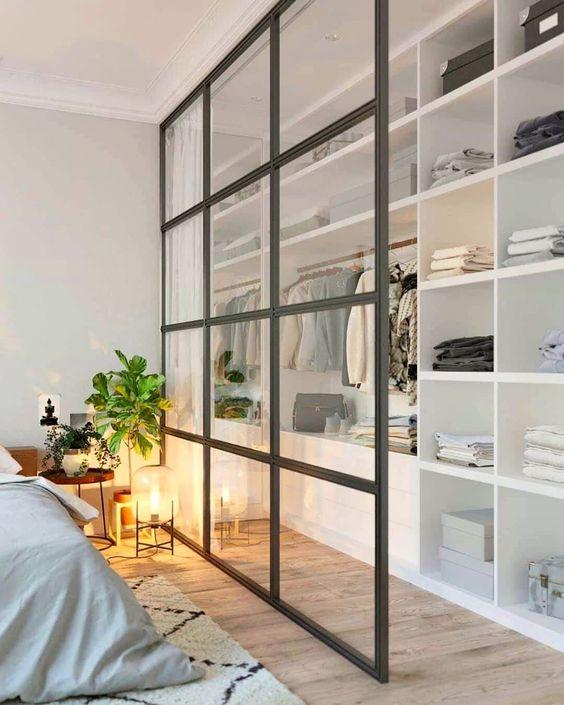 Closet pequeno com porta de vidro