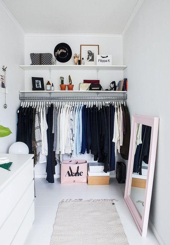 Closets pequenos podem ser práticos e organizados