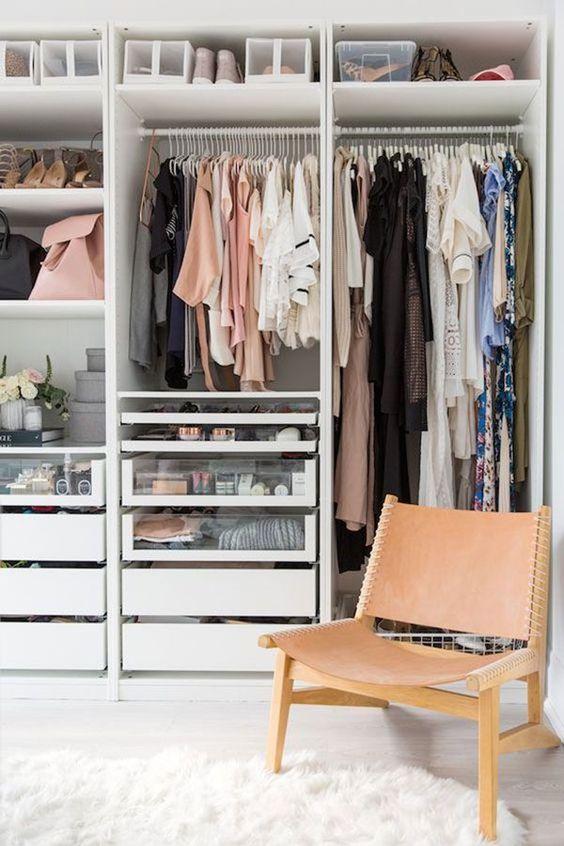 Closet pequeno e organizado
