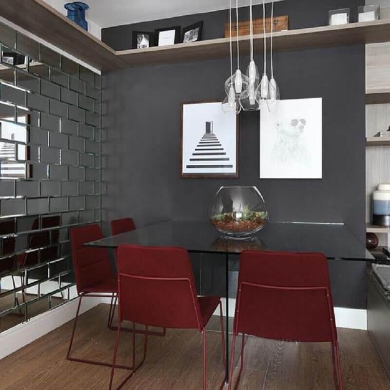 cor cinza chumbo para sala de jantar moderna decorada com cadeiras vermelhas Foto Pinterest