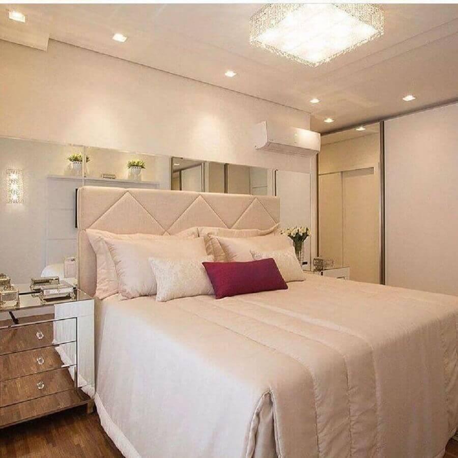cor creme claro para quarto de casal decorado com criado mudo espelhado Foto Pinterest