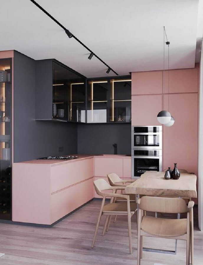 cor de tinta cinza chumbo para cozinha planejada moderna com armários cor de rosa e mesa de madeira Foto Futurist Architecture