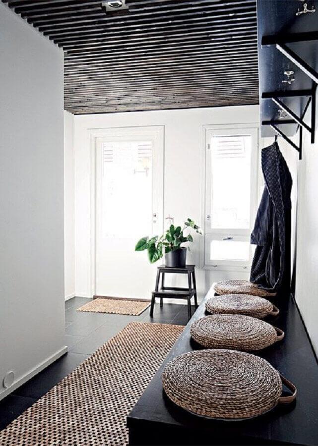 corredor decorado com piso preto e tapete sisal passadeira Foto Ideal House