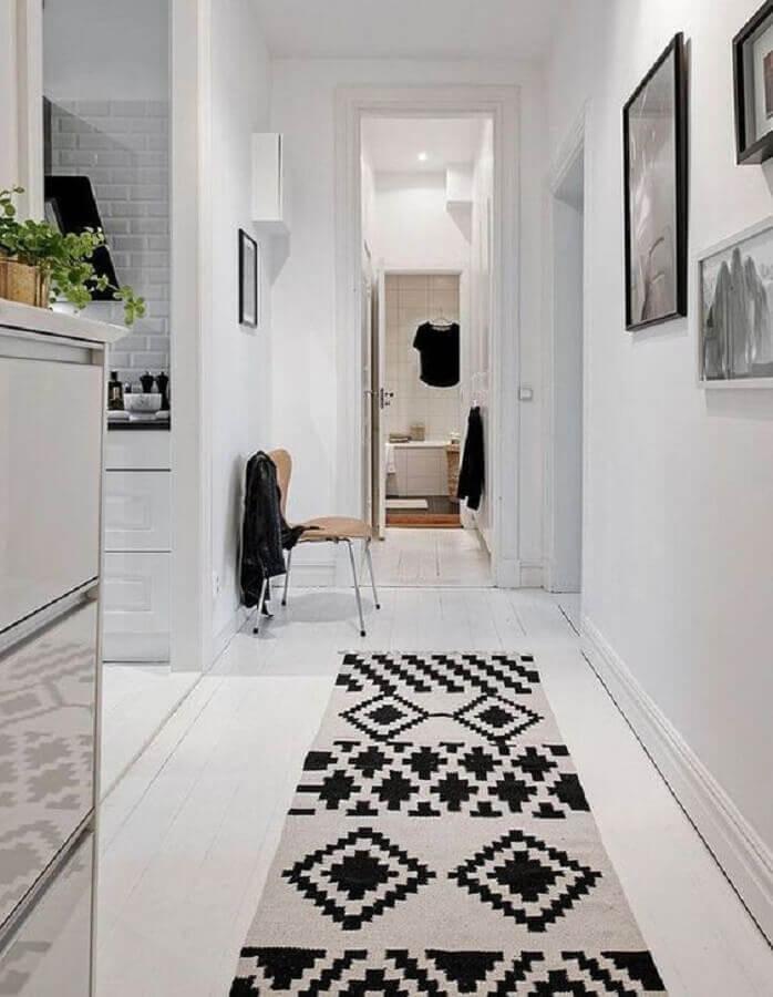 corredor decorado com tapete passadeira preto e branco Foto ELLE France