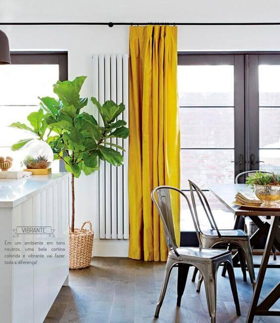 Cortina amarela na cozinha