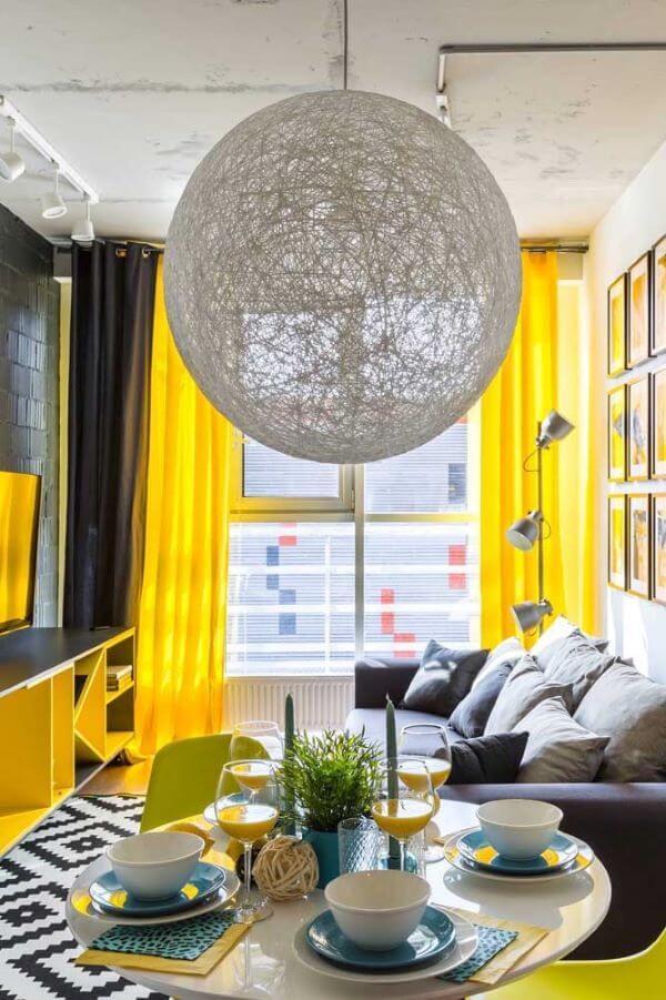 Sala neutra com cortina amarela