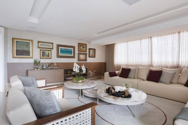 Sala de estar moderna com cortinas na cor bege