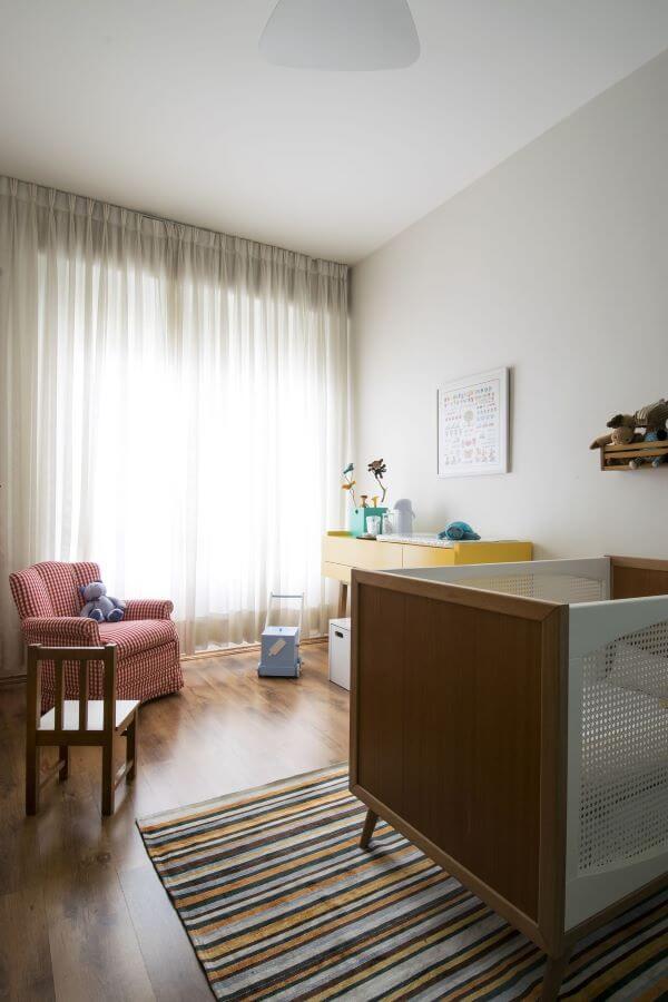 Deixe o quarto de bebê bem decorado e com uma cortina de trilho bonita
