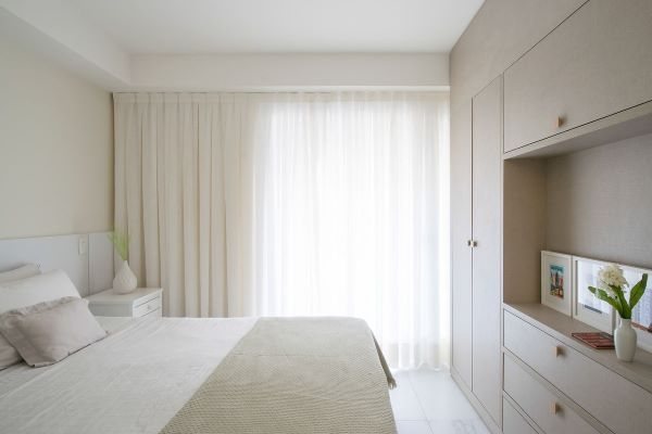 Cortina branca para quarto clean