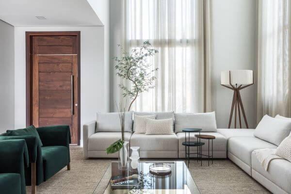 Sala neutra com cortina voil