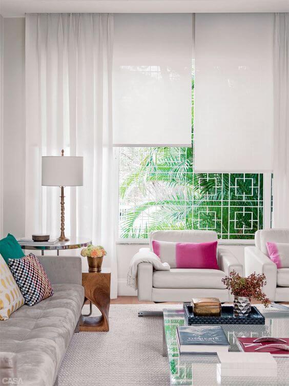 Cortina para sala de estar neutra com almofadas coloridas