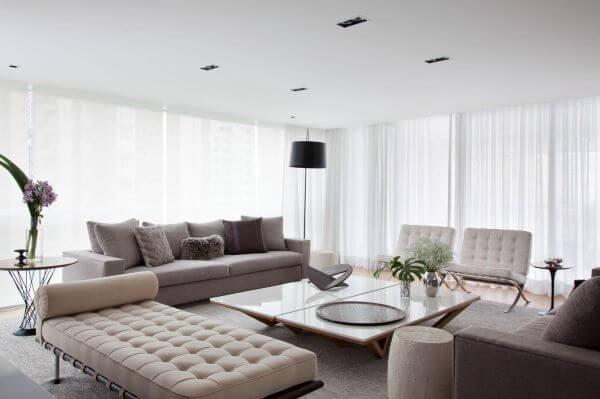 Sala de estar iluminada em tons neutros