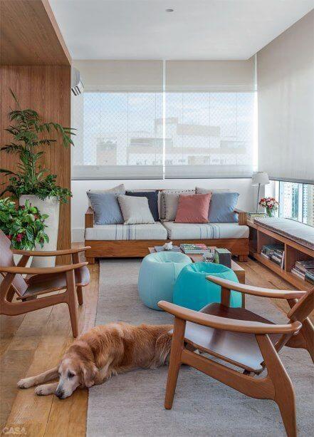 Cortinas persianas rolo com sofás e almofadas coloridas