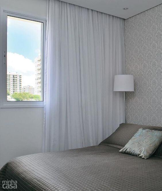 Cortineiro de gesso branco com papel de parede neutro