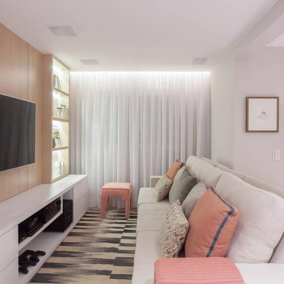 Cortineiro de gesso iluminado na sala de estar clean
