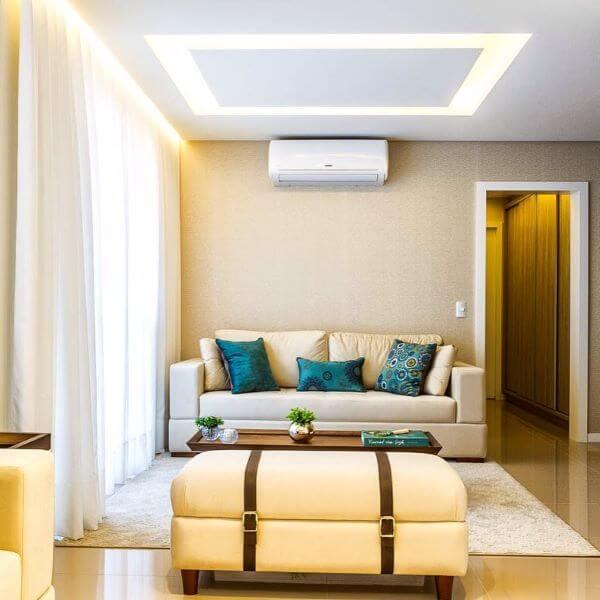 Cortineiro de gesso iluminado na sala de estar