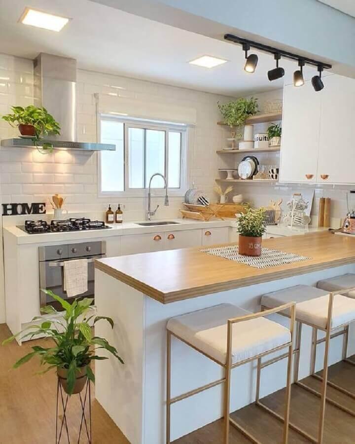 cozinha americana completa decorada com armários planejados brancos e bancada de madeira Foto Pinterest