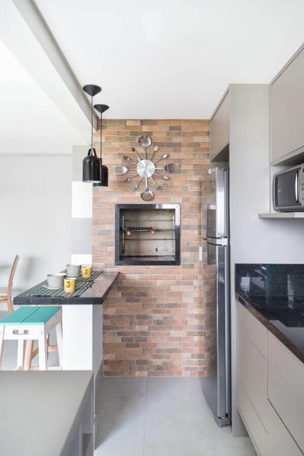Cozinha com churrasqueira de parede