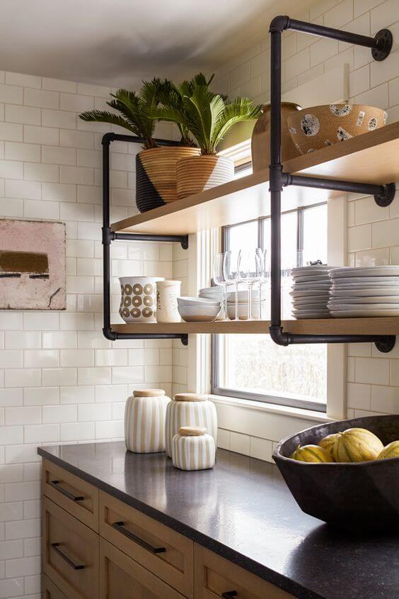 Cozinha com móveis de ferro e madeira