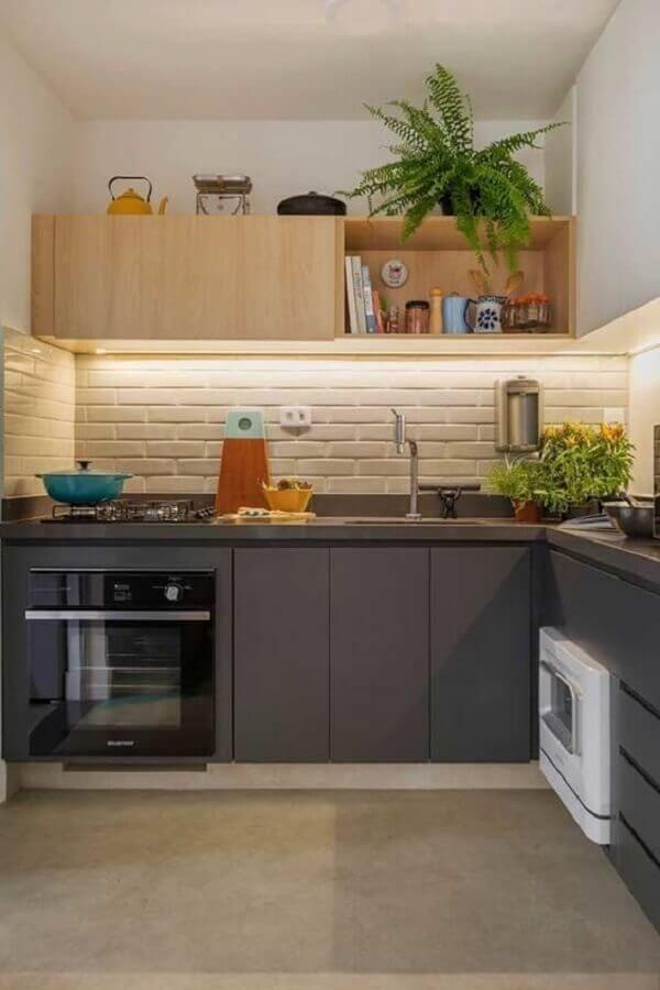 cozinha compacta completa decorada com armário aéreo de madeira e bancada cinza Foto Manual da Obra