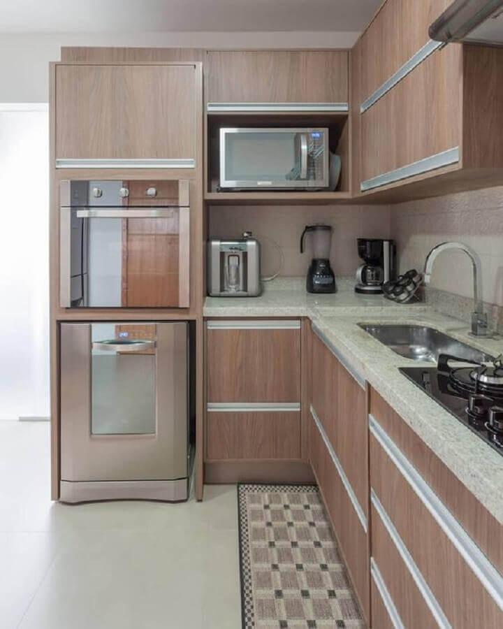 cozinha compacta completa em formato de l com armários de madeira Foto Webcomunica