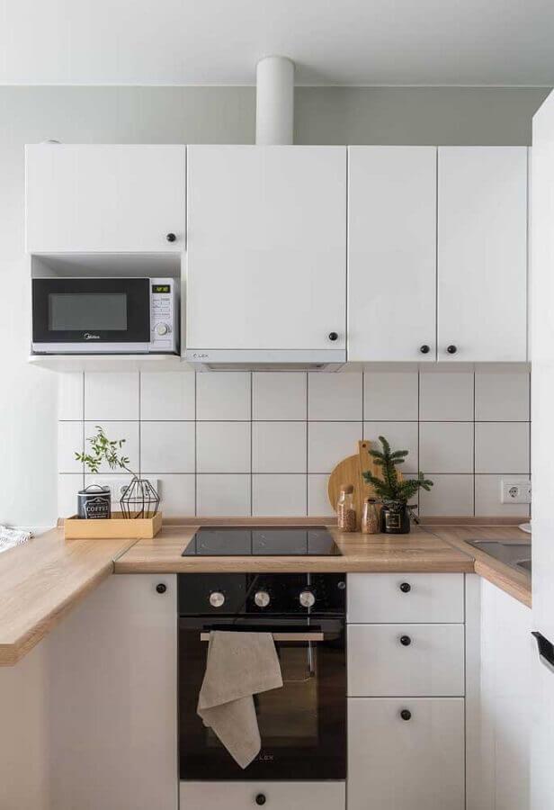 cozinha completa branca com bancada de madeira Foto Houzz