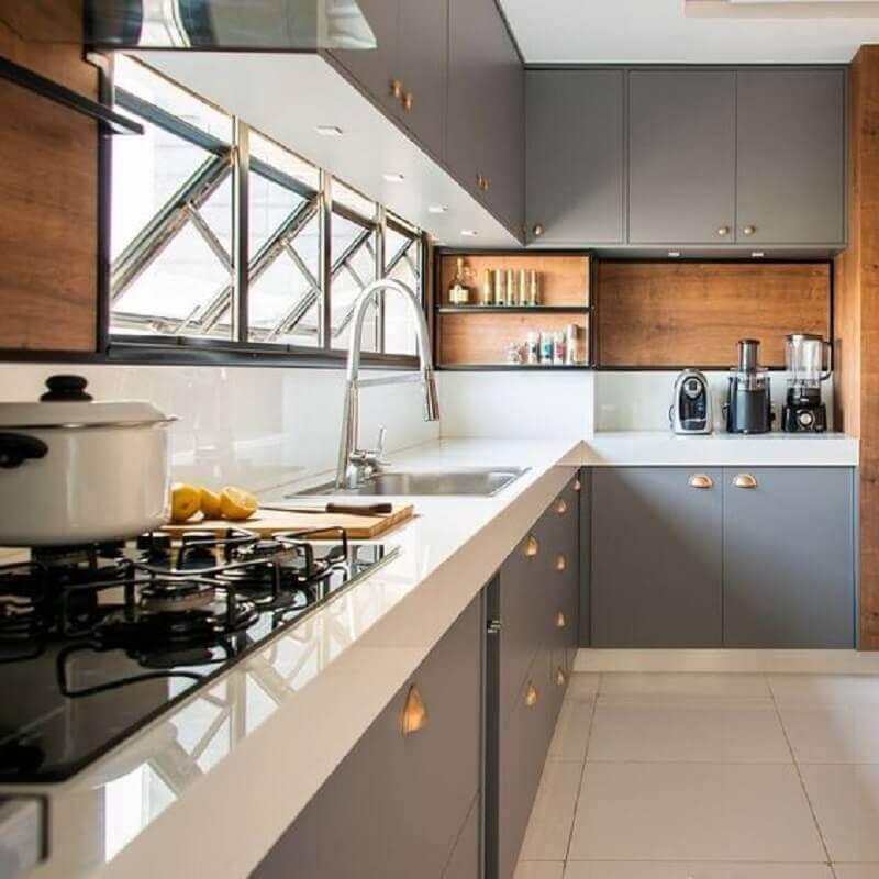cozinha completa cinza com bancada branca e detalhes em madeira Foto Archilovers