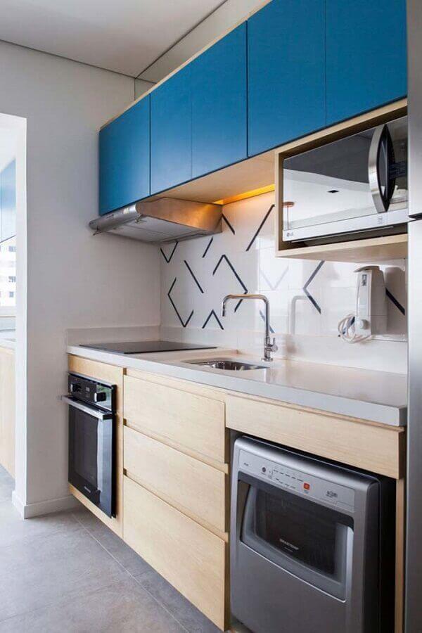 cozinha completa compacta com armários de madeira com porta azul Foto ArchDaily